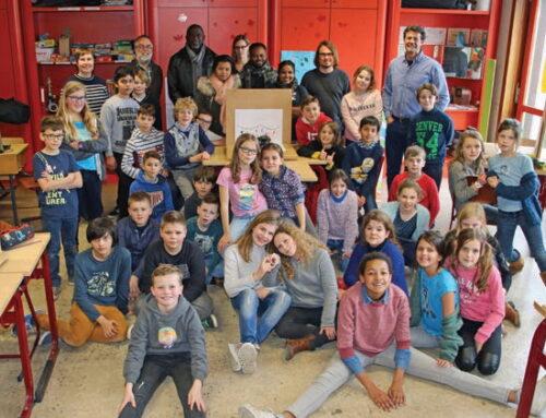 Kunstenaars uit Suriname in de gemeenteschool van Oostduinkerke